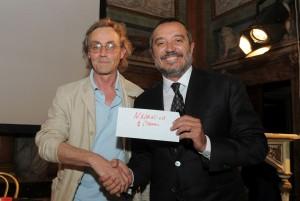 Como Villa Olmo premiazione 2° edizione Premio Internazionale di Letteratura Città di Como, Andrea Vitali presidente giuria premia Franco Di Mare giornalista Rai vincitore nella sezione narrativa