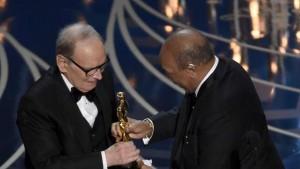 Ennio Morricone riceve l'Oscar