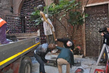 La statua di Giulietta fa i conti con l'usura: entro l'estate sarà sostituita da una copia.