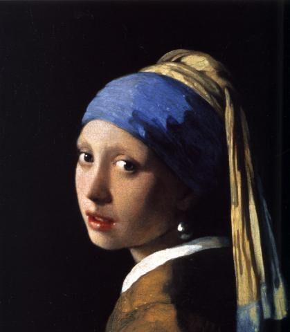 """Centinaia i visitatori in fila per """"La ragazza con l'orecchino di Perla"""" in mostra a Bologna."""