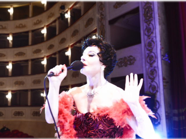 "ROMA. Monica Guerritore interpreta il mito di Judy Garland e si vola subito ""Over The Rainbow""!"